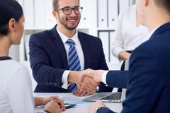 Stretta di mano di affari alla riunione o al negoziato nell'ufficio, primo piano I partner sono soddisfatti perché firmando il co Immagine Stock
