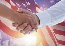 Stretta di mano contro il fondo della bandiera americana Fotografia Stock