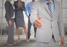 Stretta di mano davanti alla gente di affari alla finestra Fotografia Stock