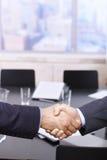 Stretta di mano degli uomini d'affari sopra la tabella Fotografia Stock