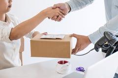 Stretta di mano della PMI dell'imprenditore per ricevere il cliente di ordine e lavoro con il mercato online d'imballaggio di con fotografia stock