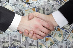 Stretta di mano di affari sui precedenti di soldi Fotografia Stock Libera da Diritti