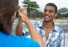 Stretta di mano di un uomo afroamericano con l'amico caucasico Immagini Stock