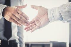 Stretta di mano dopo buona cooperazione, afte della stretta di mano di due uomini d'affari immagine stock libera da diritti