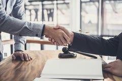 Stretta di mano dopo buona cooperazione, mani di Shaking dell'uomo d'affari con l'avvocato maschio professionista dopo la discuss immagine stock