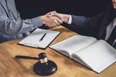 Stretta di mano dopo buona cooperazione, mani di Shaking dell'uomo d'affari con l'avvocato maschio professionista dopo la discuss immagini stock