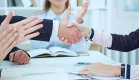 Stretta di mano maschio e femminile in ufficio Immagini Stock