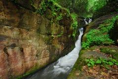 Stretti del fiume & parete della roccia Fotografie Stock