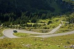 Stretto accenda una strada della montagna Fotografia Stock