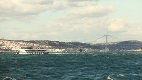 Stretto di Bosphorus, navigazione delle navi lungo lo stretto di Bosphorus stock footage