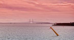 Stretto e ponte di Oresund al tramonto Immagini Stock Libere da Diritti
