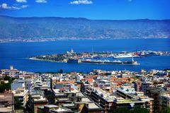 Stretto fra la Sicilia e l'Italia, vista da Messina, Sicilia Fotografia Stock Libera da Diritti