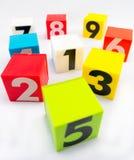 Streuungsblock der Zahl und des Nummer Eins ist in der Mitte Lizenzfreie Stockfotografie