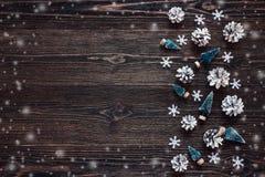 Streven de sneeuw geschilderde denneappels met miniatuursparren op rustieke dark na Stock Fotografie