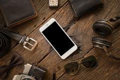 Streven de toevallige Oude camera van mensen, de mobiele telefoon en de levering op bureau na Stock Foto's