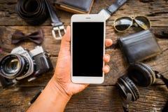 Streven de toevallige Oude camera van mensen, de mobiele telefoon en de levering op bureau na Stock Fotografie
