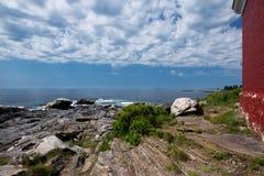 Striated ηφαιστειακός βράχος στην ακτή Στοκ Εικόνες