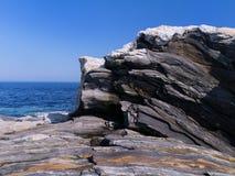 Striated ηφαιστειακός βράχος at low tide Στοκ Φωτογραφία