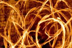 Striature del fuoco alla notte Fotografie Stock Libere da Diritti
