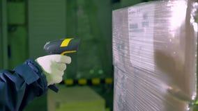 Strichkodescanner Arbeitskraftgebrauchs-Strichkodescanner für die Prüfung von Waren an einem Lager 4K stock video