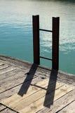 Strichleiter auf Kai Stockbilder