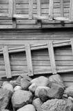 Strichleiter, Steine und hölzerne Wand Lizenzfreie Stockfotos