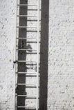 Strichleiter, Ziegelstein u. Lampe Stockfotos