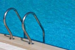 Strichleiter zum Swimmingpool Stockfoto