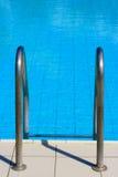 Strichleiter zum Swimmingpool Lizenzfreie Stockbilder