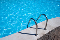 Strichleiter zum Swimmingpool Stockfotos