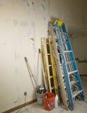 Strichleitern und scafold gegen Wand während der Erneuerung Lizenzfreie Stockbilder