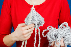 Stricken des woolen Garns Lizenzfreie Stockfotos