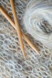 Stricken mit Wollen Stockbild
