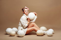 Stricken. Nähen. Frau in Weiß gestrickter Kleidung mit Masse flaumigen Schlaufen des Garns Lizenzfreie Stockfotos