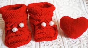 Stricken Sie neugeborene Babypantoffel lizenzfreie stockfotografie