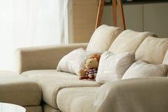 Strickende Puppe auf Sofa stockfotografie