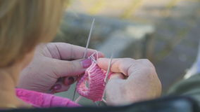 Strickende Socken für Enkelin stock footage