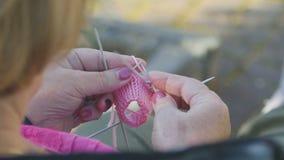 Strickende Socken für Enkelin stock video