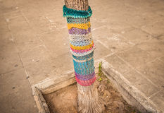 Strickende Straßenkunst - Yarnstorm, graue Städte ändern Stockbild