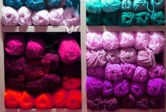 Strickende Threads für verschiedene Farben stockfotos