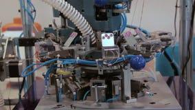 Strickender Webstuhl in der Textilindustrie stock footage