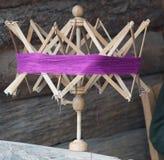 Strickgarn, alte Windenmaschine, Nadelknäuelstrang-Ballschlaufen für gestrickte Arbeit, Weinlesehandmaschenherstellung stockbild
