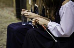 Strickgarnkleidung der jungen Frau Stockbilder