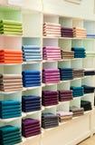 Strickjacken und Pullover im Shop Stockbild
