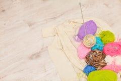 Stricknadeln, bunte Threads bunte Garnwolle, strickender Hintergrund, viele Bälle mit Raum für Text Lizenzfreies Stockfoto