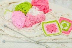 Stricknadeln, bunte Threads bunte Garnwolle, strickender Hintergrund, viele Bälle, selektiver Fokus Lizenzfreie Stockbilder