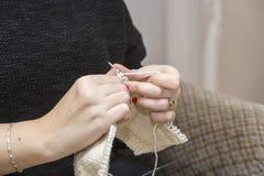 Stricknadeln mit dem Gebrauch der Wolle Stockfoto