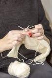 Stricknadeln mit dem Gebrauch der Wolle Lizenzfreies Stockfoto