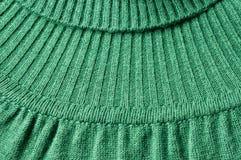 Strickwarendetail des grünen Rollkragentrikots Stockfoto