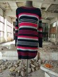 Strickwarenkleidung in einem verlassenen Lager stockfoto